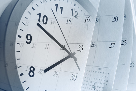 calendrier: Face � l'horloge et des pages de calendrier Banque d'images