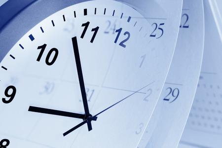 gestion del tiempo: Reloj de la cara y el compuesto del calendario Foto de archivo