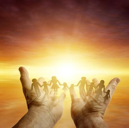 familia unida: Familia en las manos. Cielo brillante