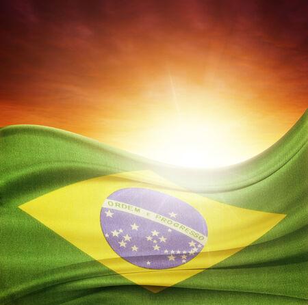 Drapeau brésilien en face de ciel clair Banque d'images