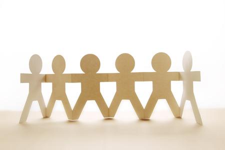 manos sosteniendo: Equipo de personas mu�eca de papel de la mano