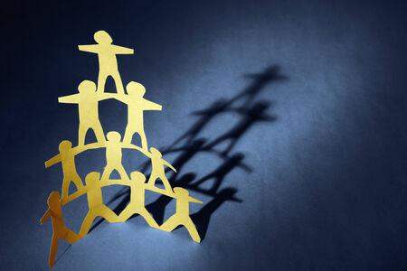 piramide humana: Pirámide equipo humano sobre fondo azul