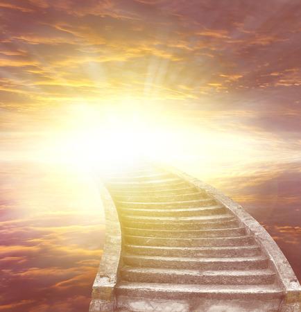 cielo: Escalera que conduce a la luz brillante