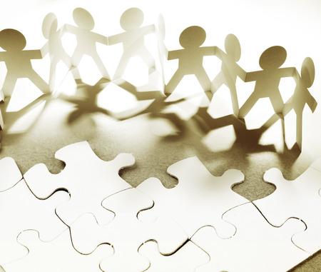 Gruppe von Menschen und Jigsaw Puzzle-Teile  Standard-Bild - 35688160