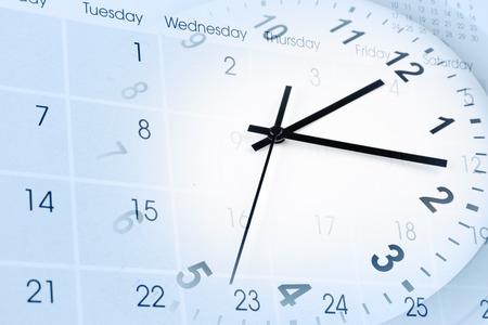 administración del tiempo: Reloj de la cara y el compuesto del calendario Foto de archivo