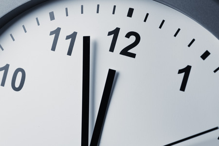 reloj: Primer plano de las manos en la cara del reloj