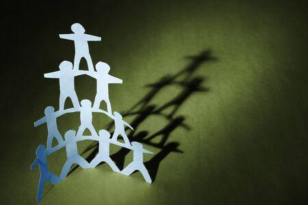 piramide humana: Pirámide de equipo humano sobre fondo verde