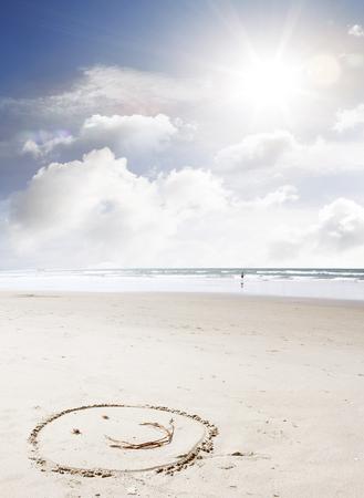 carita feliz: Cara hecha en la arena en la playa