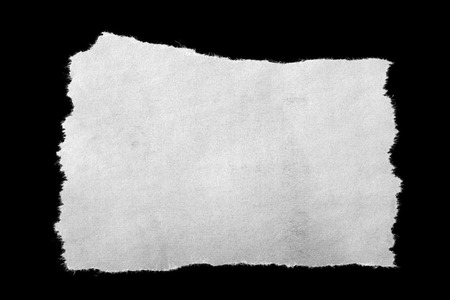 papel de notas: Pedazo de papel rasgado en negro Foto de archivo