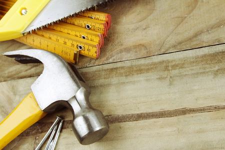 martillo: Martillo, clavos, regla y vi en madera
