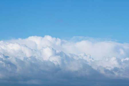 fluffy: Nubes blancas mullidas en el cielo