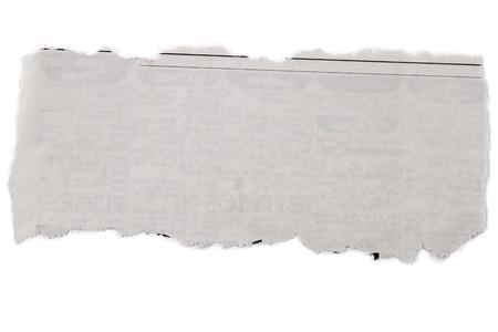 Stuk van gescheurd papier op effen achtergrond