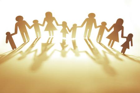 apoyo familiar: Papel de la familia recorte cadena de la mano