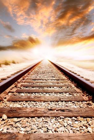Les voies ferrées de disparaître dans la distance Banque d'images - 42800824