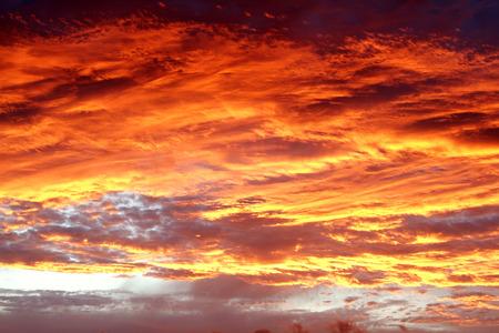 colores calidos: Nubes iluminadas por el sol en el cielo de verano Foto de archivo