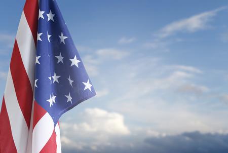 independencia: Bandera americana en el cielo azul
