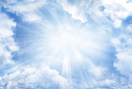 Heldere zon schijnt in de wolken Stockfoto