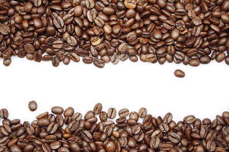 grano de cafe: Primer de los granos de café en el fondo plano