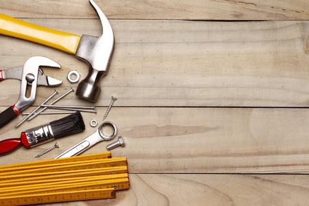 Verschiedene Arbeitsgeräte auf Holz
