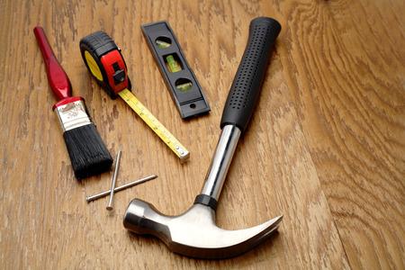 work tools: Diversas herramientas de trabajo sobre panel de madera Foto de archivo