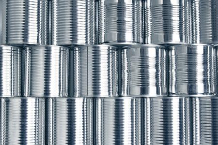 tiendas de comida: latas apiladas unas sobre otras