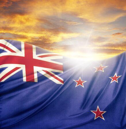 bandera de nueva zelanda: Nueva Zelanda bandera en frente de cielo brillante Foto de archivo