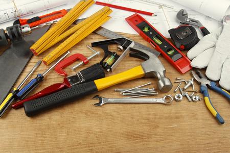 Verschiedene Arbeitsgeräte auf Holz Standard-Bild