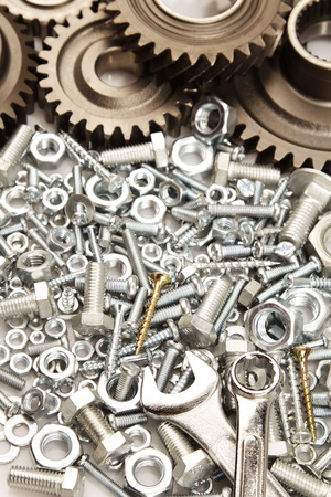 tuercas y tornillos: Engranajes de acero, tuercas, pernos, y llaves