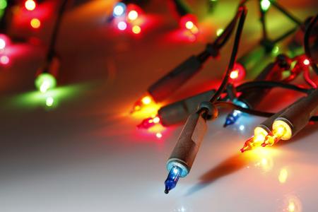 クローズ アップのクリスマス ライトが光る