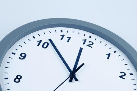 時計の文字盤での手のクローズ アップ