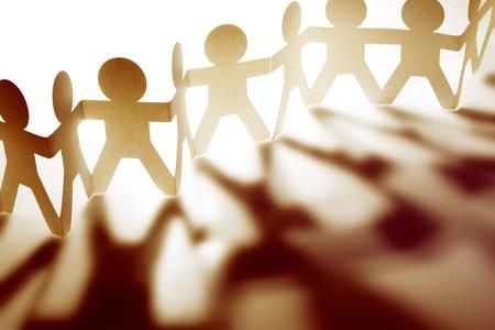 cooperacion: Equipo de personas de mu?ecas de papel