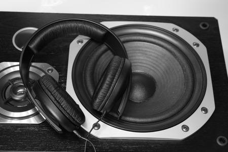 equipo de sonido: Auriculares en altavoces estéreo Foto de archivo