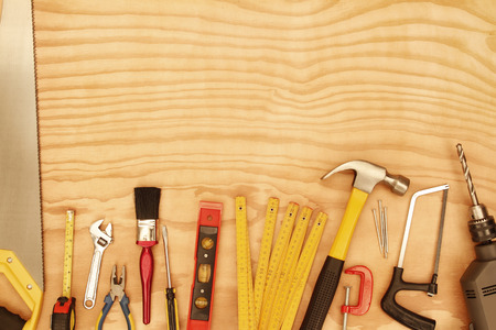 木の上の各種作業工具 写真素材