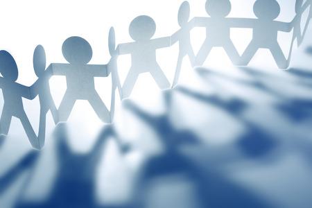 konzepte: Team von Papier Puppe Menschen Schattenwurf. Blau-Ton.