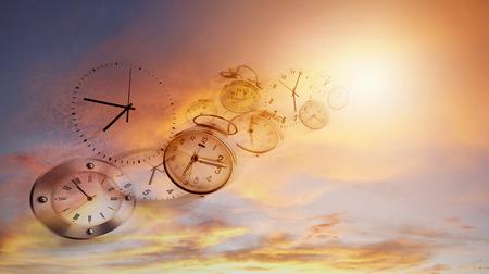 明るい空の時計。時間ハエ