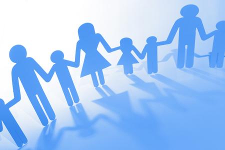 Famille papier chaîne découpe tenant la main Banque d'images - 60492444