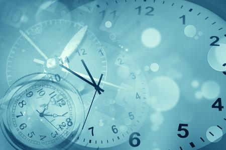 Horloges et fond bleu abstrait