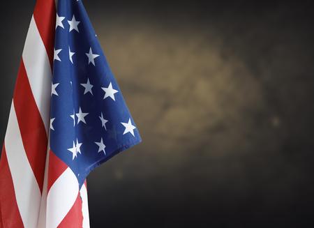 在棕色背景前面的美国国旗。复制空间