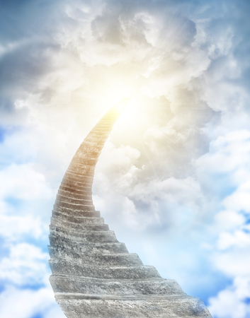 cielo de nubes: Escalera que lleva hasta el cielo celeste Foto de archivo