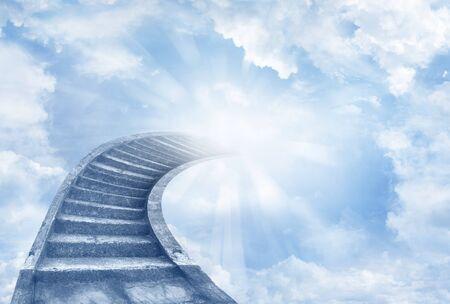 cristianismo: Escalera que lleva hasta el cielo celeste Foto de archivo
