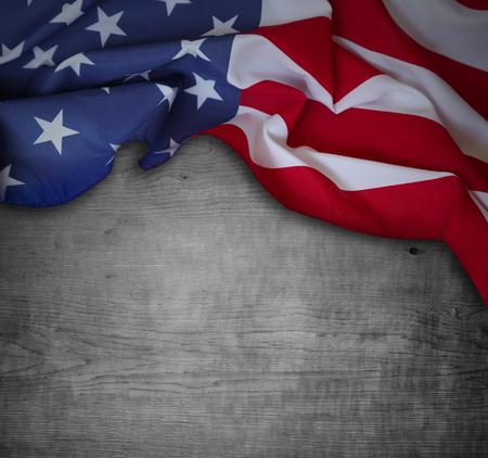 Bandera americana y fondo de madera