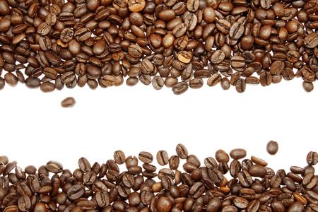 Gros plan de grains de café sur fond uni Banque d'images