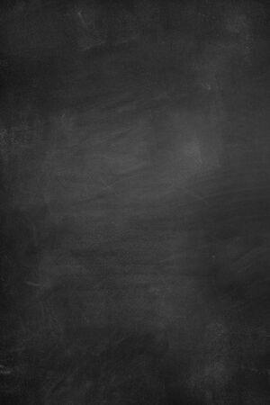 Gesso cancellato sulla lavagna o sullo sfondo della lavagna
