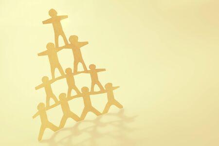 Menschliche Teampyramide, die sich gegenseitig unterstützt