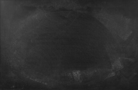Tiza borrada en el fondo de la pizarra