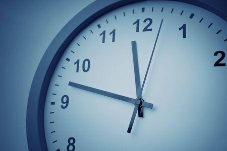 Gros plan des mains sur le cadran de l'horloge Banque d'images