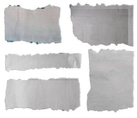 Pięć kawałków rozdartego papieru na jednolitym tle