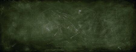 Kreide auf grünem Tafelhintergrund ausgerieben Standard-Bild