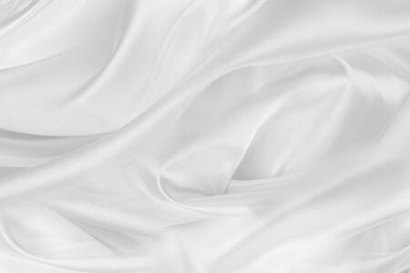 Gros plan des lignes de tissu de soie blanche ridée