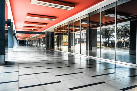 anuncio publicitario: largo pasillo vacío en el moderno edificio de oficinas.